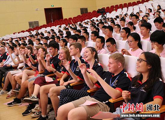 衡水中学第十六届英国罗杰・曼物兹学校英语夏令营开营仪式。 王鹏 摄