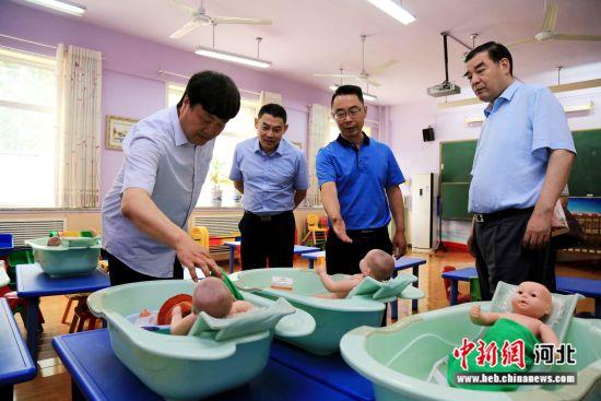 河北师范大学党委书记戴建兵一行参观学前教育实训基地。 李改 摄