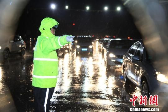 图为河北交警雨中执勤。警方供图