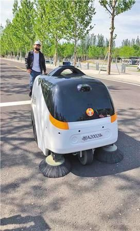 雄安新区无人驾驶清洁车正在工作。本报记者 佘 颖摄