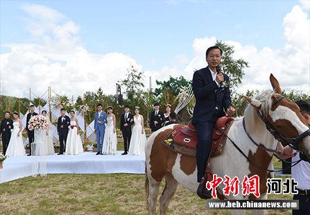 """""""马背上的集体婚礼""""现场。 张桂芹 摄"""