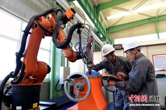 敬业增材制造激光熔炉覆修复车间,工作人员正在精心操作。 平山县委宣传部供图