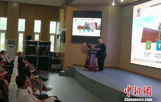 加拿大苏安高级中学校长玛利亚・佩雷拉演讲。 王鹏 摄