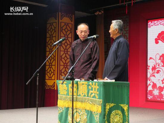张洪顺(左一)和王金东在台上说相声。 记者 张霖 摄