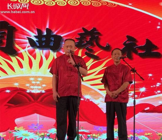 张洪顺(左一)和盛利刚在台上说相声。 记者 张霖 摄