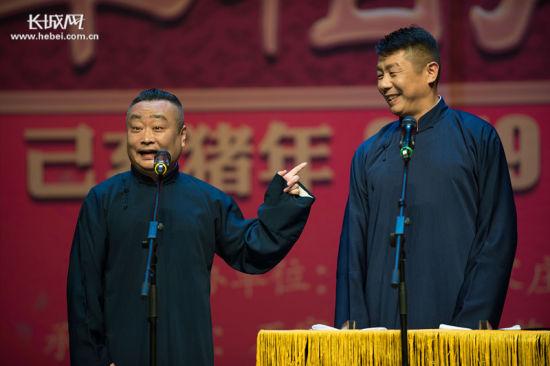 相声演员李松涛(左一)和张新东在台上说相声。 记者 张霖 摄