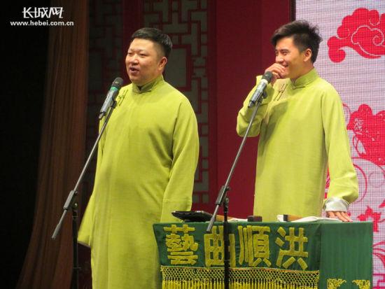 相声演员周培岩(左一)和张欣在台上说相声。 记者 张霖 摄
