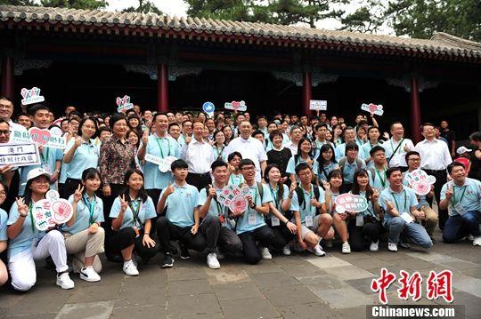 7月22日,参访团在河北承德避暑山庄博物馆合影。中新社记者 张桂芹 摄