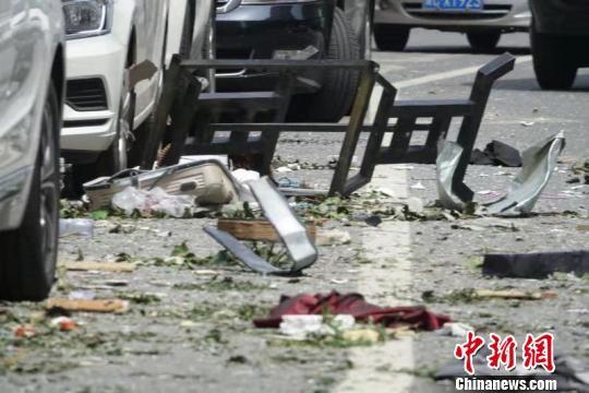 爆炸产生的气浪将店铺内物品掀至数米外的路面 王天译 摄