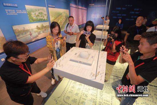 图为游客在大厂回族自治县民族文化宫参观游览。 陈童 摄