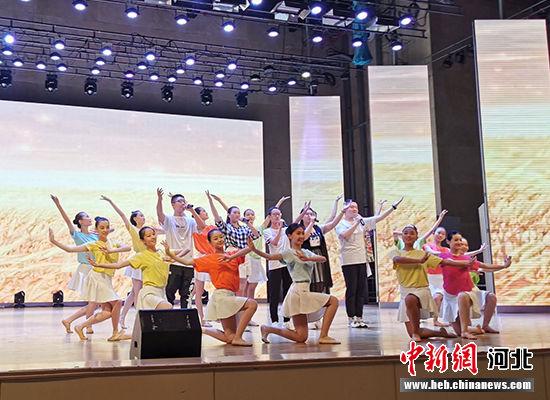 本届全国中学生生物学奥林匹克竞赛会歌《生命之光》演唱。 王鹏 摄