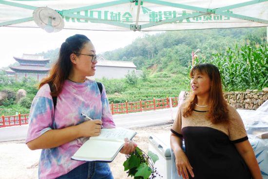 李玉芳(右)对自家农家院的明天充满憧憬
