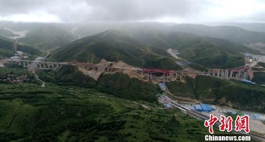 空中俯瞰正在建设中的金家庄螺旋隧道全景。 刘忠俊 摄