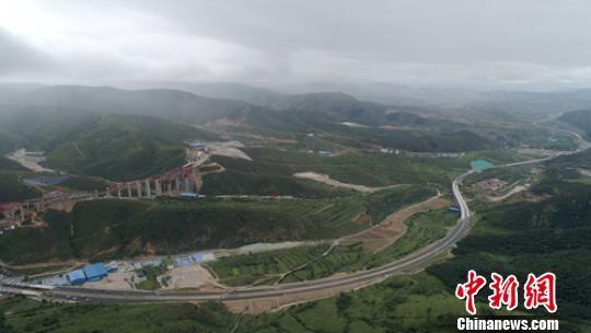 正在建设的延崇高速公路。 刘忠俊 摄