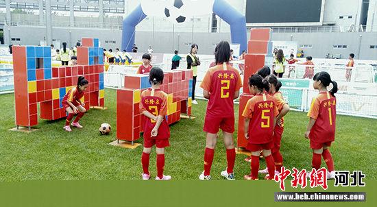女子组球员在练习。 张桂芹 摄