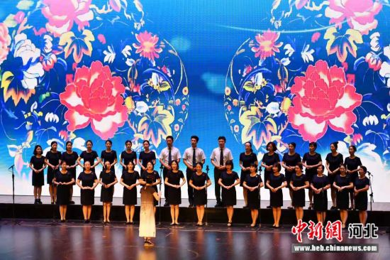 《校园里的梨园春》戏曲合唱节。 李辉 摄
