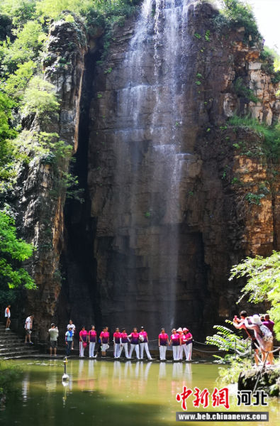 全胜峡景区的瀑布群吸引众多游客游玩避暑。 王登翔 摄