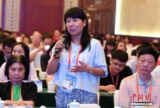 资料图:海外华文媒体记者在第九届世界华文传媒论坛见面会上提问。中新社记者 张斌 摄