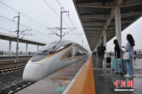 7月10日,天津首列直达香港西九龙的G305次复兴号列车驶入雄安新区白洋淀站。 韩冰 摄