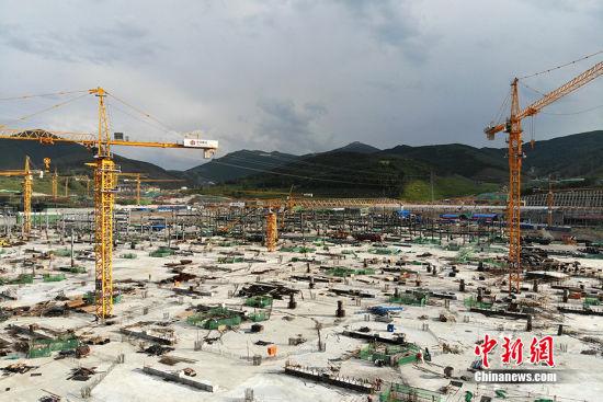河北张家口崇礼太子城冰雪小镇在紧张建设中,该小镇是2022年北京冬奥会配套项目之一。 张浪 摄