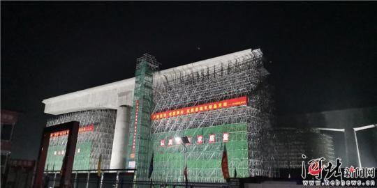 8月27日1时20分,京雄城际铁路跨津保铁路连续梁成功完成转体。 记者张晶 见习记者李佳泽摄