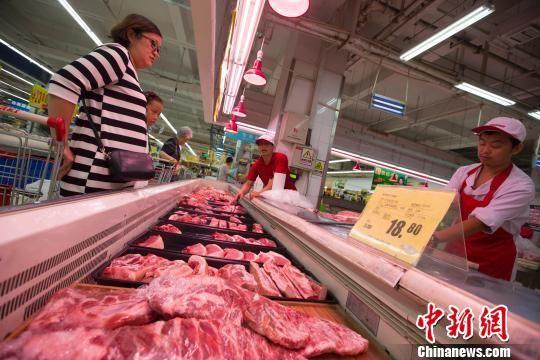 民众在超市购买猪肉。 张云 摄