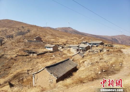坐落在半山腰的涞源县桃木疙瘩村。目前,该村已实施易地扶贫搬迁,村民全部住进了县城的集中安置楼房。 徐巧明 摄