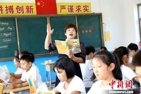 白恒云在给学生们上课。 范钦龙 摄