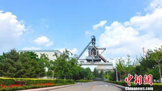 """被誉为""""世界上最清洁钢厂""""的河钢集团唐钢公司,厂区里风景如画。 河钢唐钢供图 摄"""