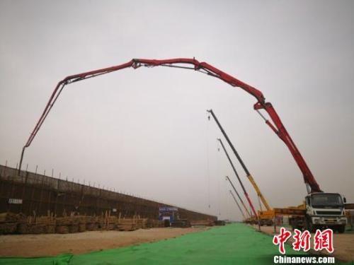 资料图:3月20日,河北唐山109个重大城市转型项目集中开工现场。 白云水 摄