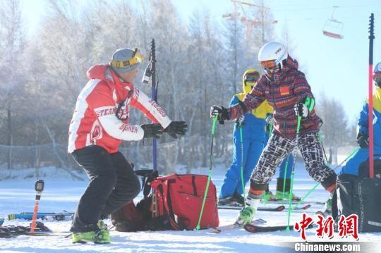 图为滑雪教练在教学中。崇礼区委宣传部提供