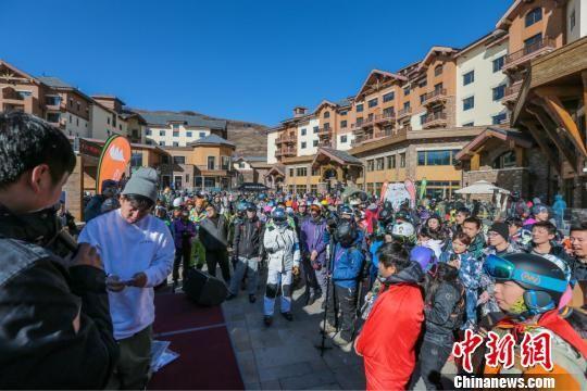 崇礼各种丰富多彩的活动吸引了大批滑雪爱好者前来。崇礼区委宣传部提供