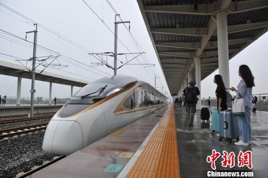 图为7月10日,天津首列直达香港西九龙的G305次复兴号列车驶入雄安新区白洋淀站。 韩冰 摄