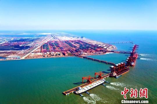 图为空中俯瞰唐山港远景全图。 白云水 摄