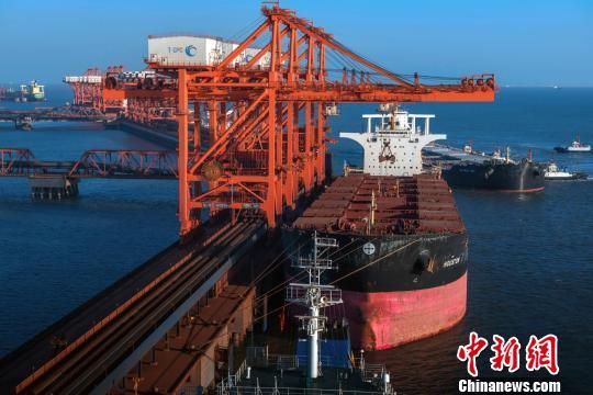 图为曹妃甸港集装箱码头。 白云水 摄