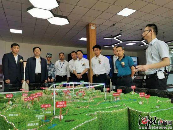9月28日,河北省首家低空飞行服务保障中心在张家口市桥东区空港经济开发区正式启动运行。图为嘉宾现场观摩。 记者刘雅静 通讯员岑屹摄