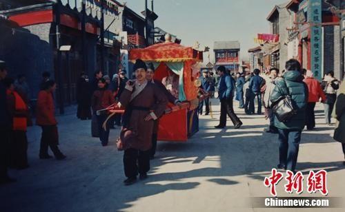 上世纪80年代的荣国府景区吸引了大量游客。荣国府管理处供图