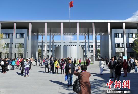 图为游客参观雄安市民服务中心。 韩冰 摄