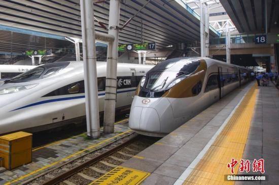 """资料图:开往石家庄的G9061次""""复兴号""""动车组列车在北京西站迎接旅客。 中新社记者 贾天勇 摄"""
