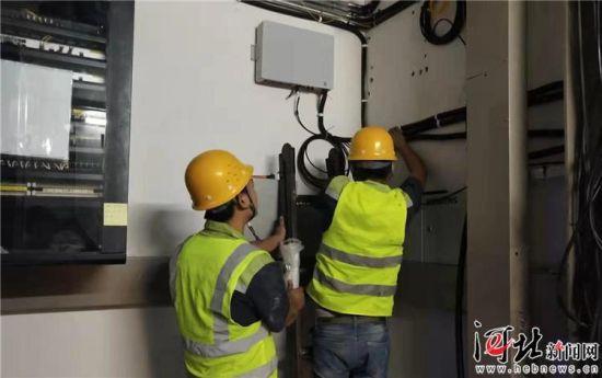 9月30日,中国电信河北分公司的工作人员在石家庄(正定)国际会展中心进行5G信号的测试。 记者米彦泽摄