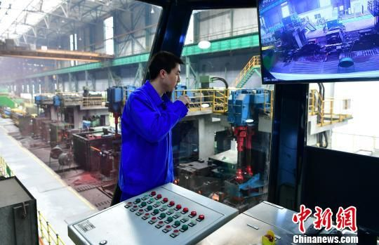 图为河钢集团宣钢公司车间。(资料图片) 翟羽佳 摄