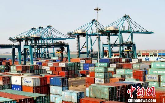 黄骅港综合港区集装箱码头。 苑立伟 摄