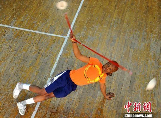 在吴桥杂技艺术学校排练厅,一名留学生正在练习水流星。 苑立伟 摄
