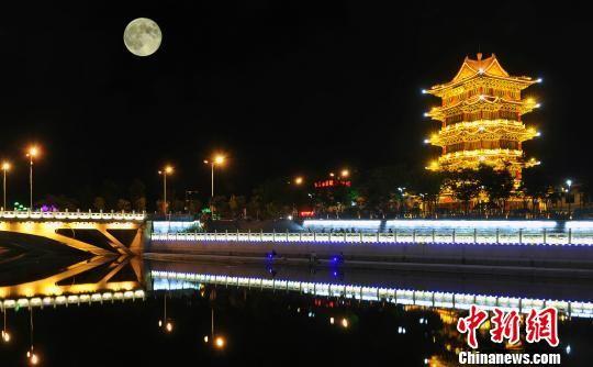 沧州段大运河景观带清风楼段夜景。 苑立伟 摄