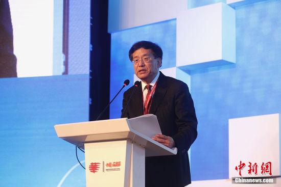 """中国新闻社社长章新新在第十届世界华文传媒论坛上发表题为《融通世界、见证时代――华文媒体与""""中国故事""""》的主旨报告。 韩海丹 摄"""