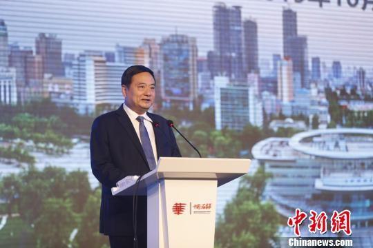 图为石家庄市委副书记、市长邓沛然向与会的世界华文媒体代表推介石家庄。 韩海丹 摄