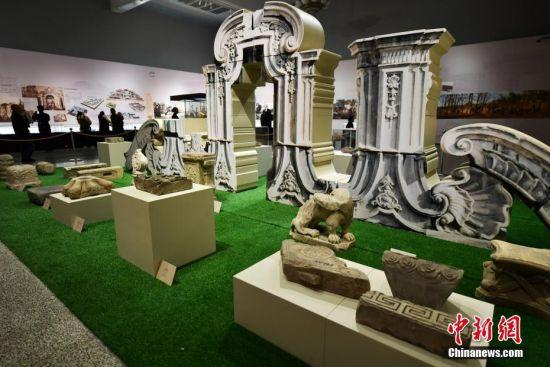"""11月5日,河北博物院,市民参观来自圆明园的馆藏文物和模型。由北京市海淀区圆明园管理处、河北博物院联合主办的《圆明重光――圆明园历史文化巡展》正在此间举行。此次文化巡展文物数量多、展品丰富多样,以圆明园的历史变迁为线索,分为""""万园之园""""""""百年沧桑""""""""圆明重光""""三个部分,共展出包括圆明园出土文物、十二生肖兽首铜像复制品、红木建筑模型等在内的170余件展品。中新社记者 翟羽佳 摄"""