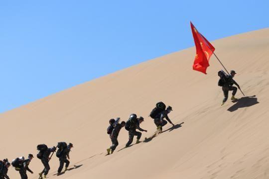 内蒙古科技大学砺剑社团在进行沙漠拉练。马明浩/摄影