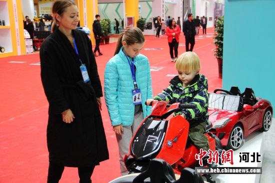 款式多样的童车吸引了外国小朋友。 张鹏翔 摄