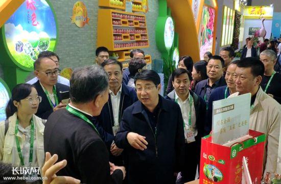 河北省农业农村厅厅长王国发与参会的河北品牌负责人交谈。 郑建卫 摄